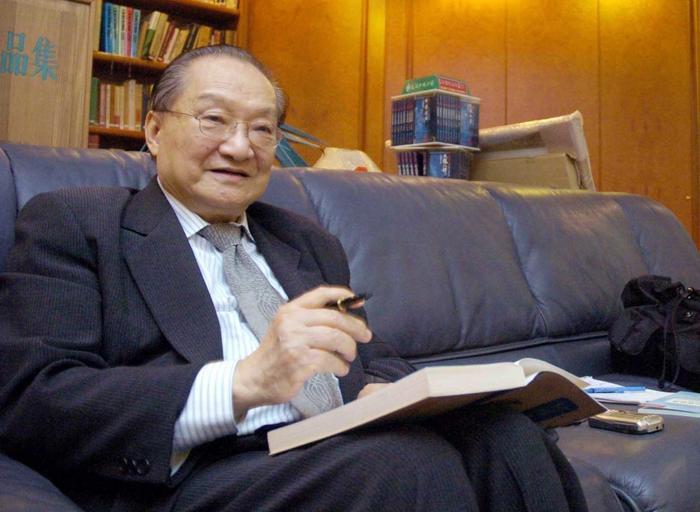 Chuyện ít ai biết về nhà văn Kim Dung: Chỉ yêu thích sách và cực kỳ ghét máy tính! ảnh 1