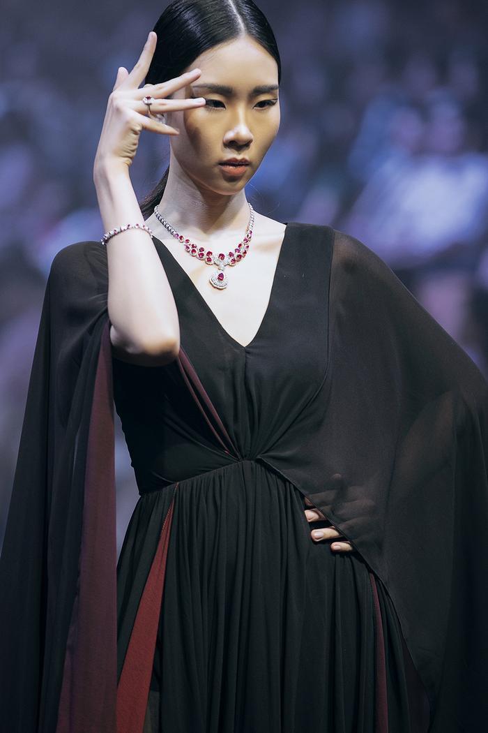 Đôi mắt một mí đặc trưng đem lại sự nổi bật, khiến cô trở thành cái tên quen thuộc trên các sàn diễn thời trang.