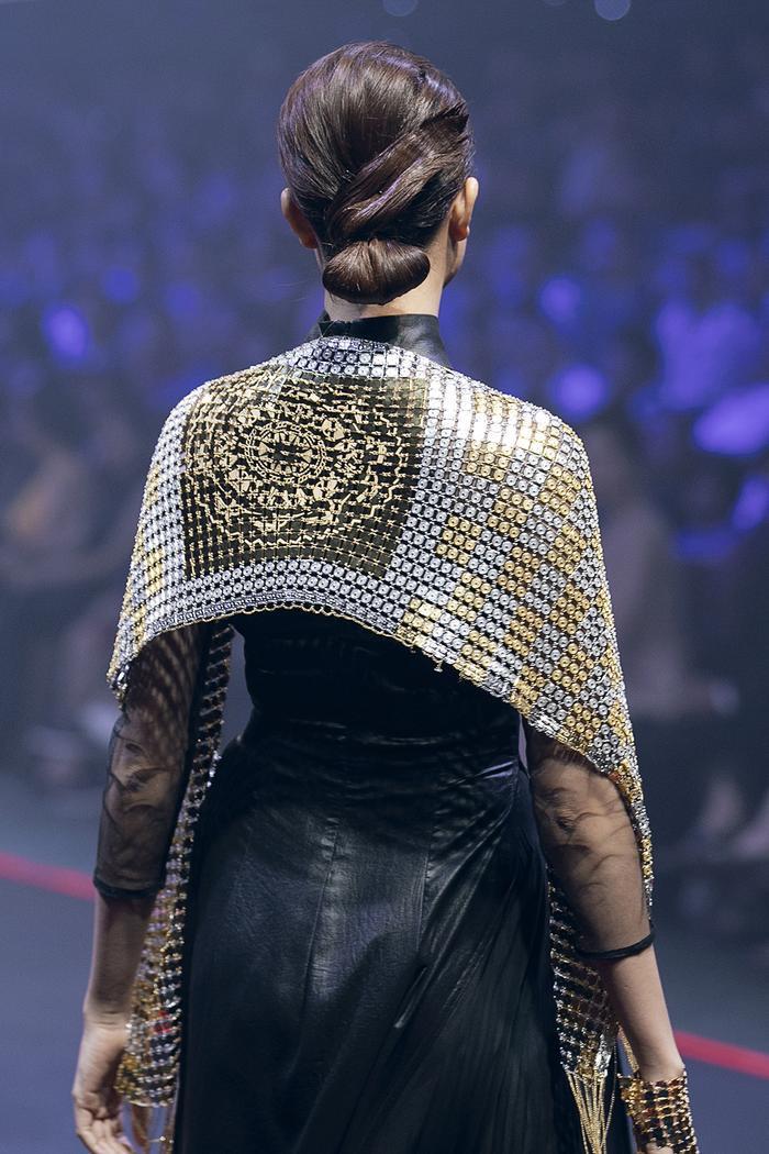 Cô khoác chiếc khăn lộng lẫy được làm từ chất liệu quý mang họa tiết trống đồng.