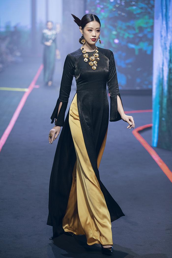 Giải bạc Siêu mẫu Việt Nam 2018 sải những bước tự tin trong tà áo dài tha thướt. Người đẹp được giao thể hiện một bộ trang sức nổi bật.