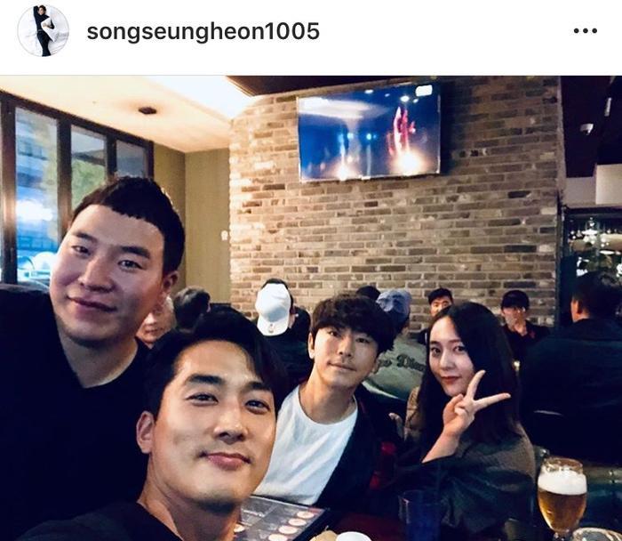 Song Seung Heon tự sướng cùng các đồng nghiệp trong buổi tiệc kết phim tối nay.
