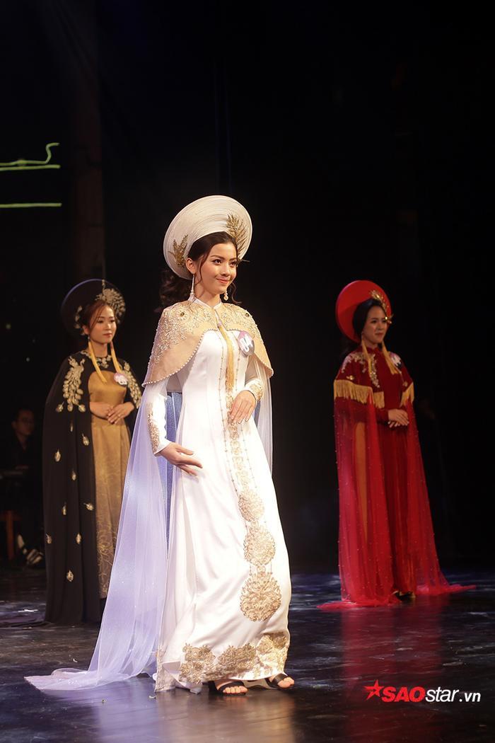 Thần thái sân khấu chuyên nghiệp khi catwalk với trang phục áo dài truyền thống