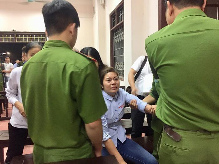 Chị Thuý, vợ tài xế Hoàng đã ngã quỵ sau khi nghe HĐXX tuyên án.