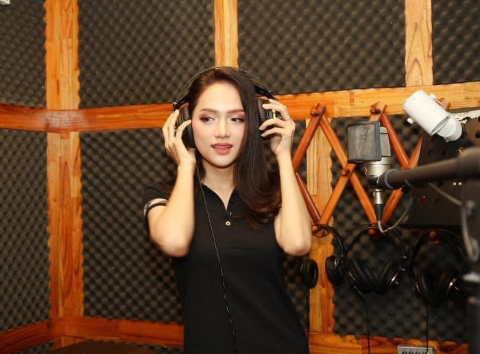 Hoa hậu Hương Giang gây bất ngờ khi xuất hiện trong một phòng thu.