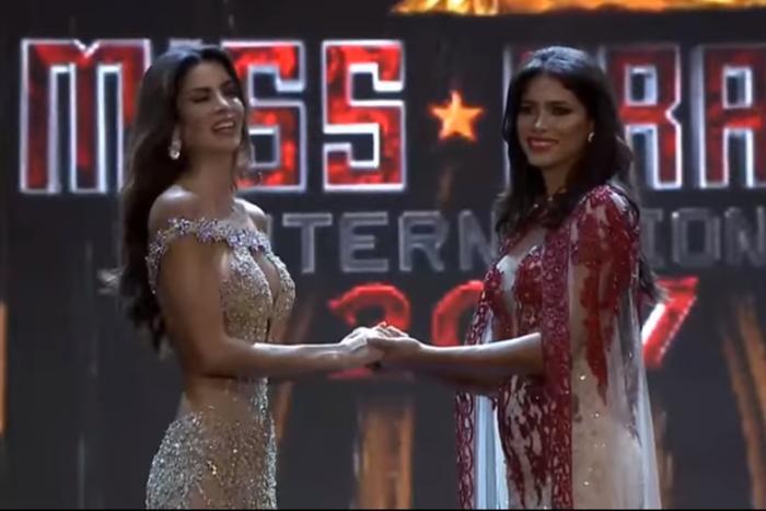 Tại Miss Grand International 2017, ứng viên được nắm tay là mỹ nhân Peru - Maria Jose Lora…