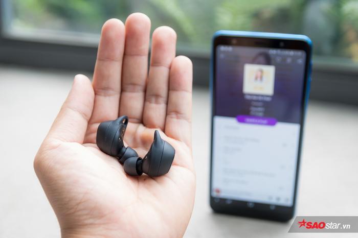 Nhỏ, nhẹ sẽ là những ấn tượng đầu tiên của bạn về mẫu tai nghe này