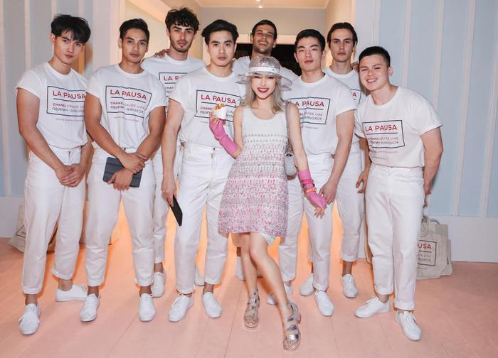 Sau show Moschino x H&M tại New York nàng fashionista Châu Bùi với gương mặt tiềm năng được nhiều nhãn hàng để mắt liên tục được mời đi dự các show thời trang danh tiếng ở nước ngoài. Điểm đến tiếp theo của cô là thủ đô Bangkok, Thái Lan khi cô đại diện Việt Nam tham dự show của nhà mốt Chanel.