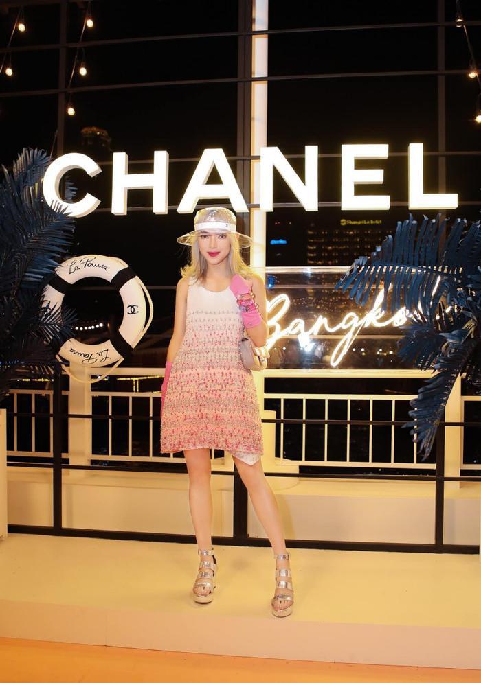 Châu Bùi diện thiết kế đầm không tay của Chanel cùng túi xách đính sequin màu hồng pastel xinh xắn, tông xuyệt tông với chiếc váy