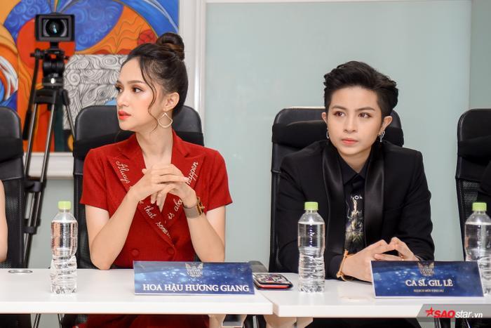 Cùng giữ vai trò cầm cân nảy mực với Hương Giang còn có người bạn thân thiết Gil Lê.
