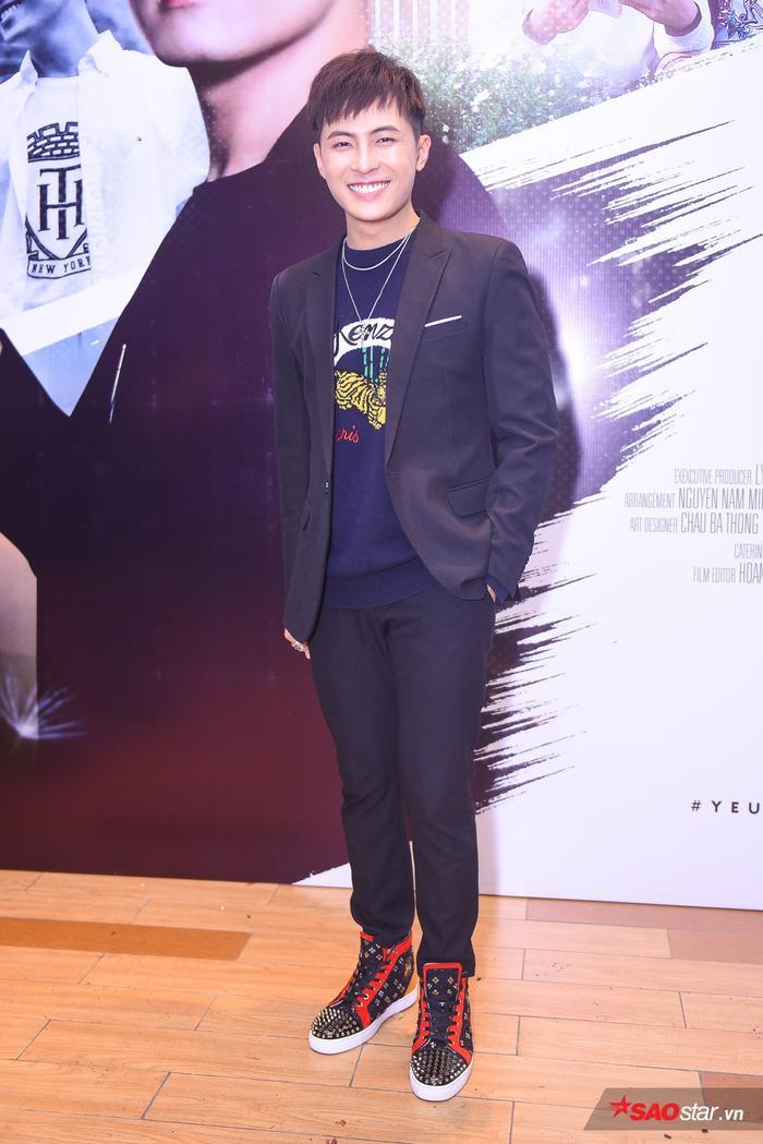 Gin Tuấn Kiệt diện trang phục vest bảnh bao trong buổi họp báo ra mắt MV.