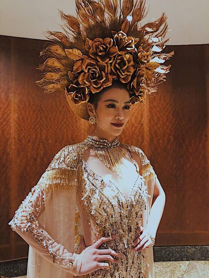 Bộ trang phục truyền thống giành huy chương vàng của Phương Khánh cũng đến từ nhà mốt Linh San.