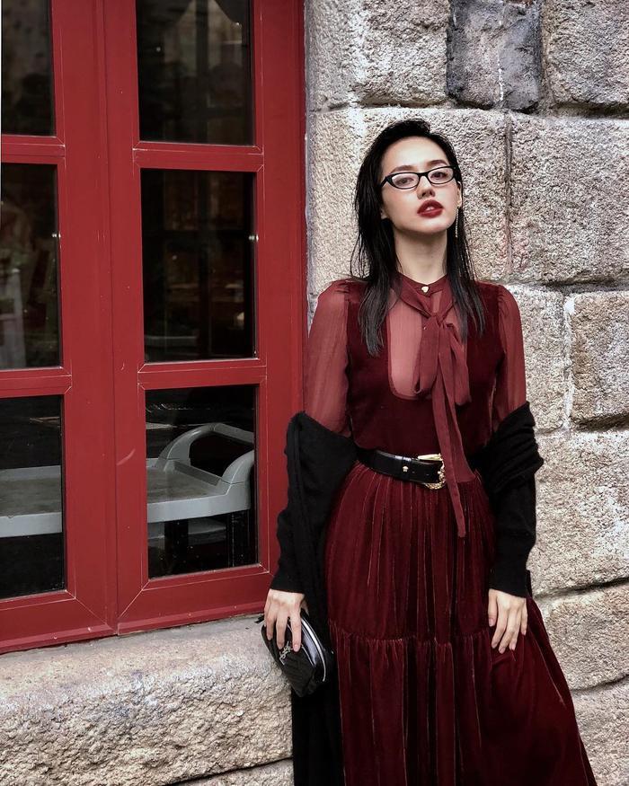 Tông màu đỏ đun trầm ấm gợi lên không khí mùa lễ hội cuối năm đã được Khánh Linh The Face trưng dụng trong set đồ này.
