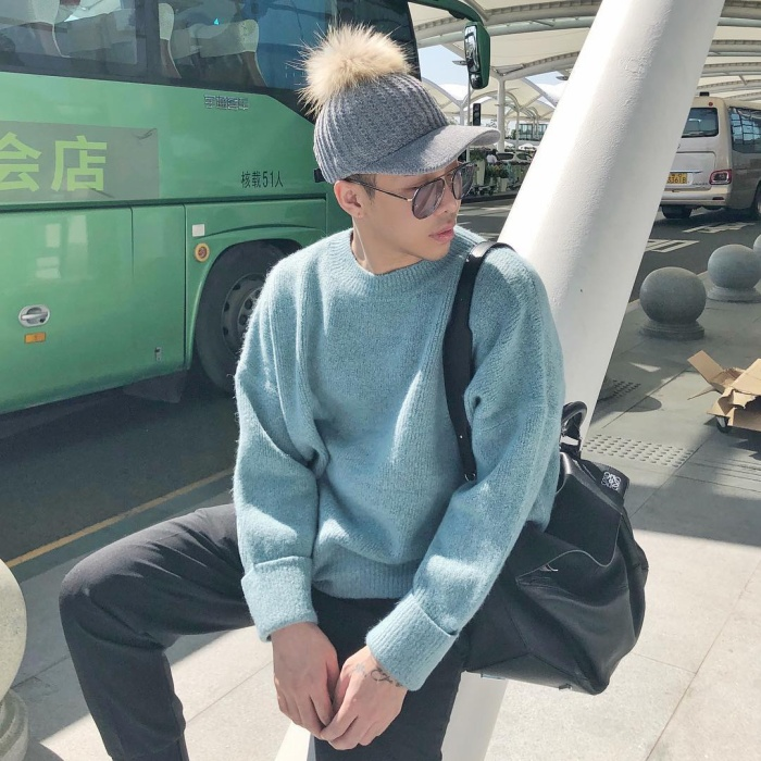 Chiếc áo mang gam xanh mát mắt cùng mũ len có chùm lông, còn ai trông thú vị hơn stylist Hoàng Ku?