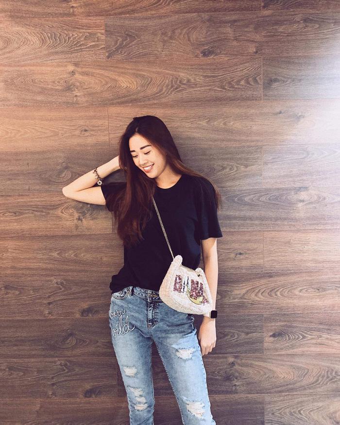 Giải Bạc Siêu mẫu Việt Nam 2018 Khánh Vân tưởng chừng nhạt nhòa với áo đen cùng quần jeans xanh. nhưng chính chiếc túi đeo chéo đã giúp cô có được điểm nhấn.