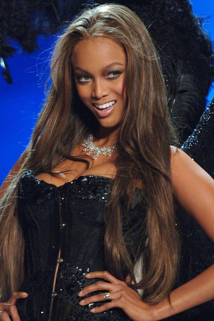 Tyra Banks lăng xê mốt tóc duỗi thẳng và đôi môi bóng năm 2005.