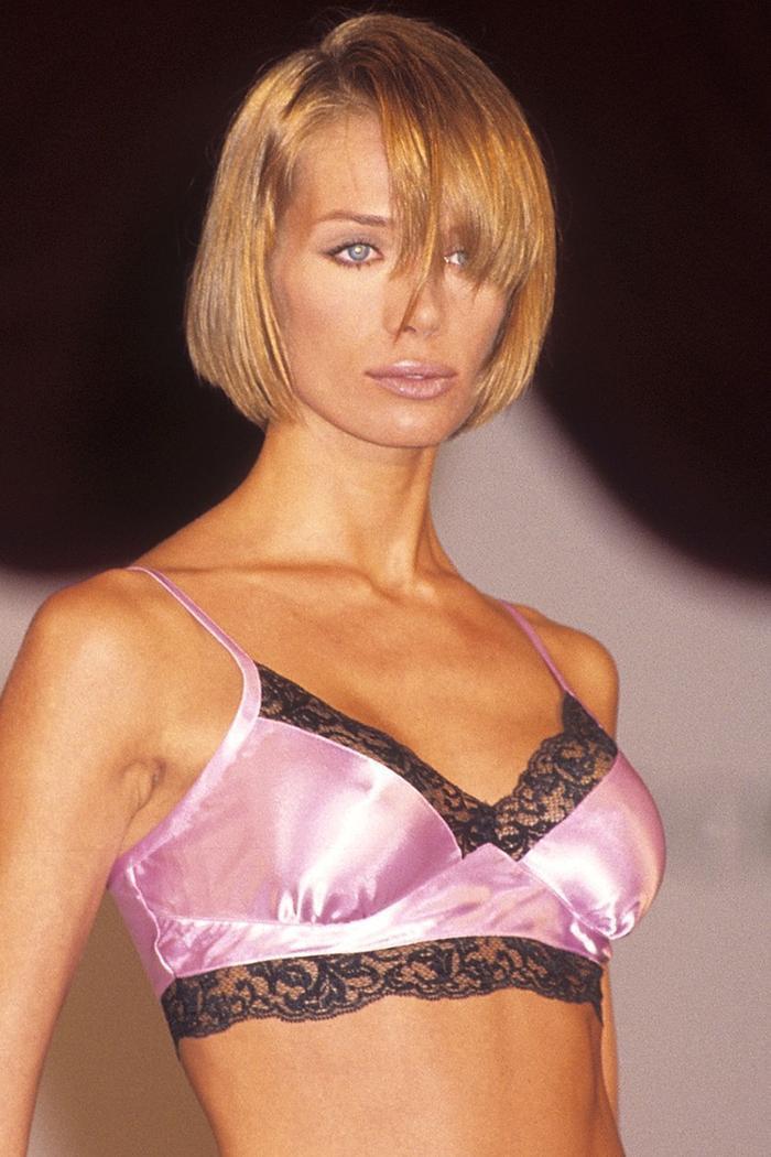 Người mẫu dùng màu son hồng sắc lạnh trong show Victoria Secret năm 1995.