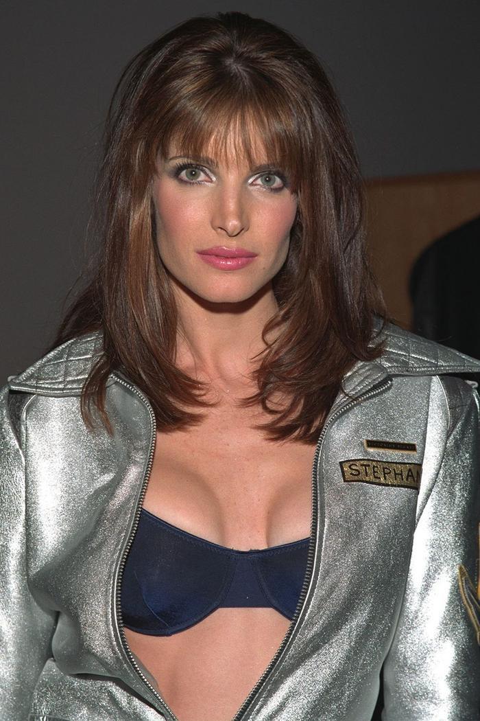 Một năm sau đó, Seymour xuất hiện khác biệt với mái tóc thẳng, trang điểm tone metallic và hồng thịnh hành những năm 1960.