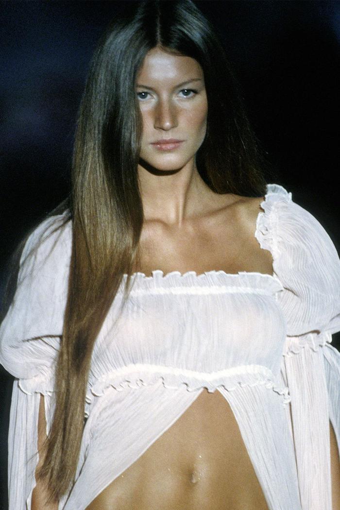 Năm 1999, siêu mẫu Gisele Bündchen lần đầu xuất hiện trên VS show với tone makeup tự nhiên (minimal makeup).