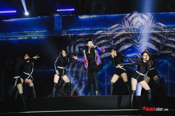 Hát hit mới như 'nuốt đĩa', Noo Phước Thịnh gây thương nhớ khi làm điều này giữa sân khấu trình diễn