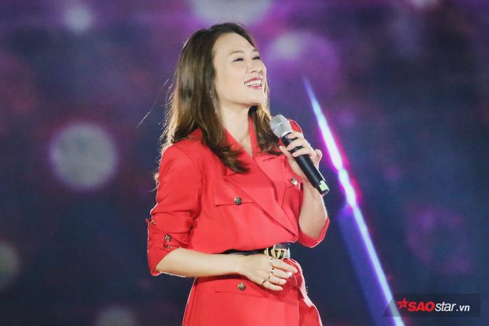 Cô mang đến chương trình loạt 4 ca khúc: Niềm tin chiến thắng, Đừng hỏi em, Người hãy quên em đi và Vì em quá yêu anh.