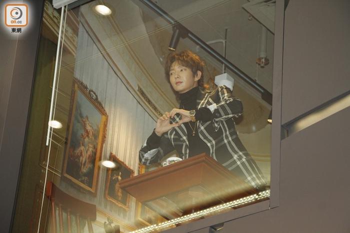 Đứng trên lầu, Lee Jun Ki chào người hâm mộ bằng một trái tim.