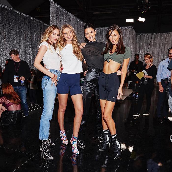 Bộ ba bạn thân đình đám Kendall Jenner, Gigi Hadid, Bella Hadid và dàn người mẫu xuất hiện rạng rỡ tại buổi tổng duyệt