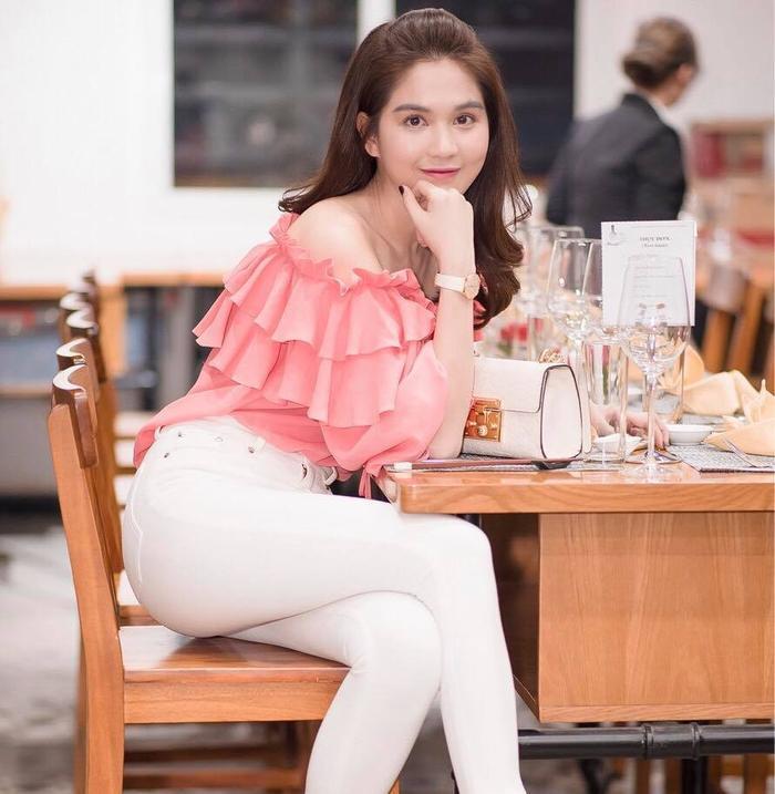 Ngay cả trong event mới vừa đây người đẹp tiếp tục chọn áo bèo nhún màu hồng trông cô cũng bị sến đi thấy rõ