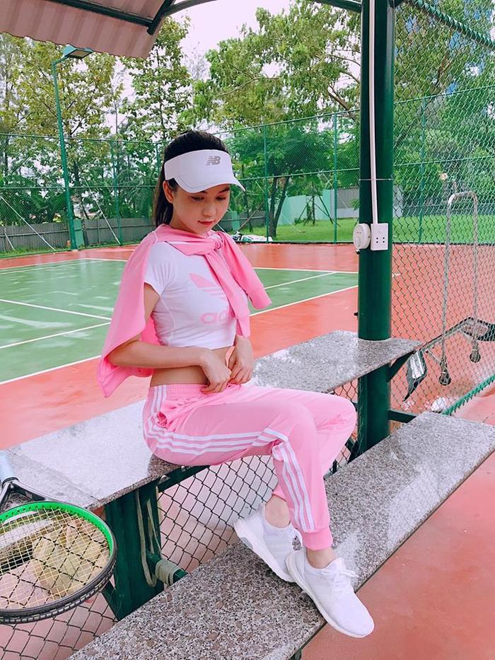 Nguyên cây thể thao màu hồng Adidas mà Trinh diện trông khá quê mùa