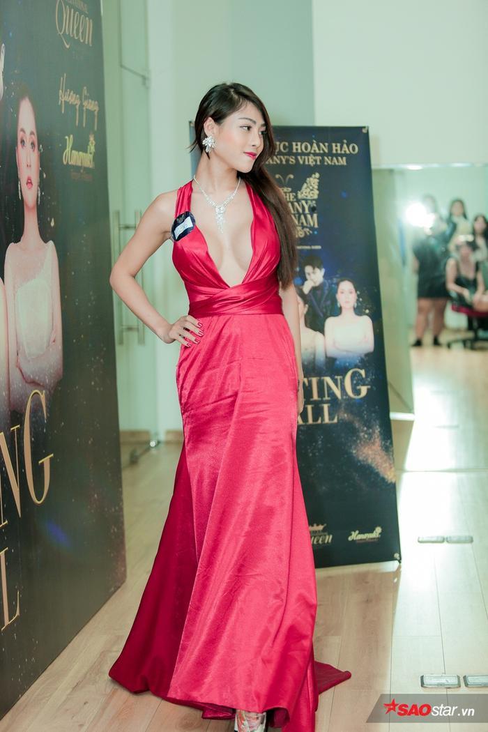 Cô nàng biến khán phòng casting The Tiffany Vietnam thành phần thi Trang phục dạ hội.