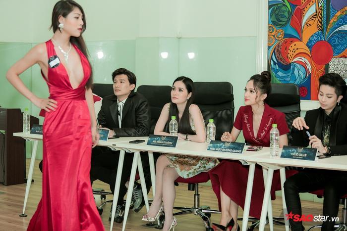 Mỹ Nhi khoe váy dạ hội khi trình diễn catwalk trước dàn giám khảo.