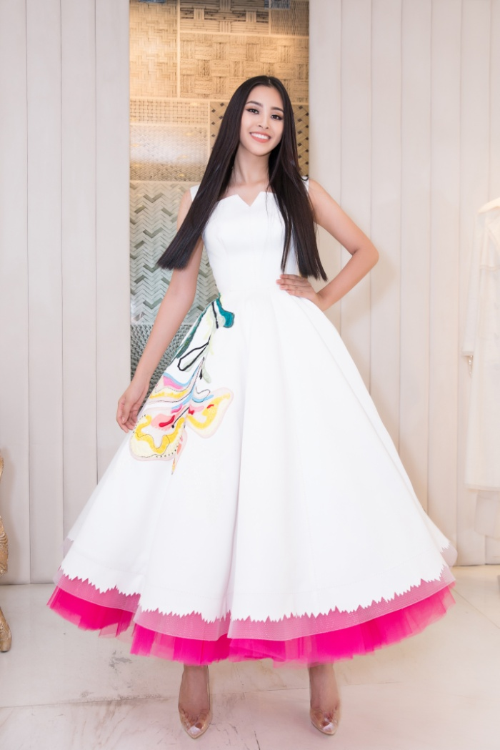 """Những chiếc váy duyên dáng đến từ """"anh cả"""" làng thời trang Việt liệu có là """"vũ khí"""" giúp đem lại thành công cho người đẹp Việt?"""
