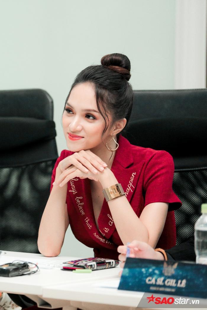 Hoa hậu Hương Giang vui vẻ mong chờ tiết mục do mình đặt ra.