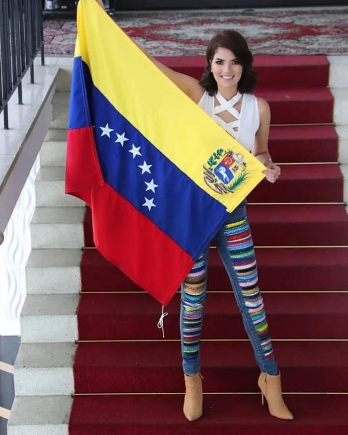 Veruska Ljubisavljevic- đương kim Hoa hậu Thế giới Venezuela 2017, năm nay 27 tuổi. So với những thí sinh khác thì đại diện Venezuela này khá nhiều tuổi hơn và đây có lẽ cũng là điểm hạn chế . Thế nhưng, thân hình không mỡ thừa quyến rũ của người đẹp lại mang tới lợi thế cho cô nàng.