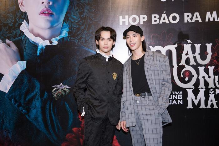 """Erik cùng """"người thầy"""" Nguyễn Trần Trung Quân trong buổi họp báo ra mắt MV."""