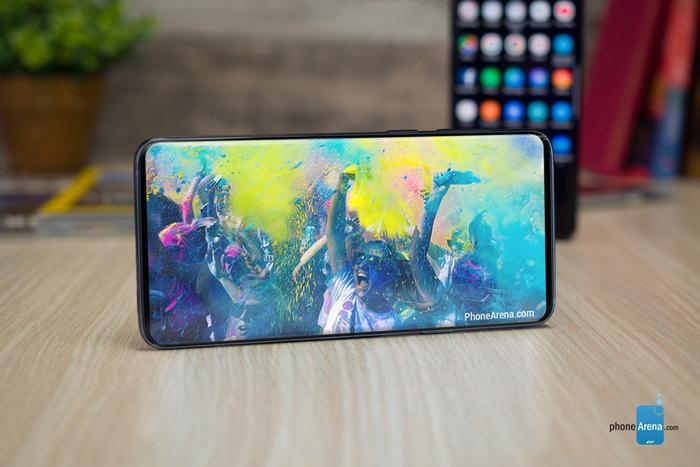 """Samsung vốn là một nhà sản xuất nói """"không"""" với thiết kế tai thỏ, ít nhất là cho đến thời điểm hiện tại. Dù vậy, mới đây hãng này đã bất ngờ giới thiệu nhiều mẫu màn hình với """"tai thỏ"""" hình chữ V, chữ U và chữ O. Dù vậy, nhiều khả năng Samsung Galaxy S10 vẫn không có """"tai thỏ"""". Theo đó, Samsung Galaxy S10 sẽ có viền trên và viền dưới tiếp tục được tối giản hơn nữa."""