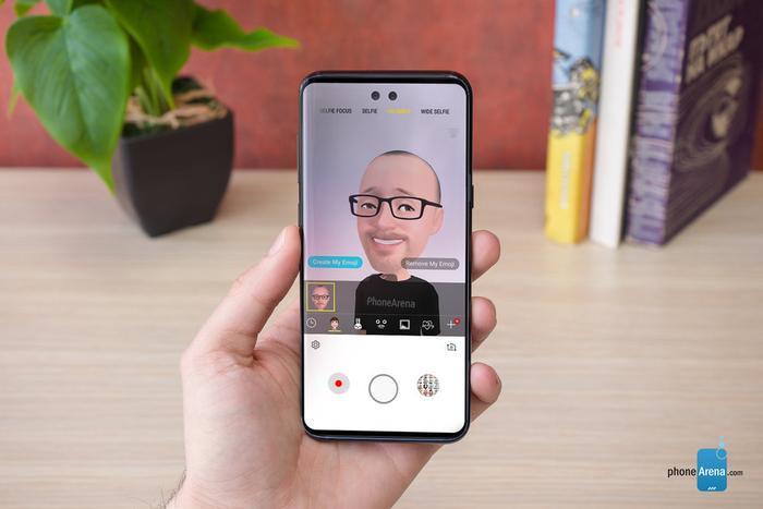 Nhiều người còn kì vọng Samsung Galaxy S10 sẽ có camera trước ẩn dưới màn hình. Về mặt lý thuyết, điều này là hoàn toàn khả thi với màn hình OLED bởi màn hình này không cần đèn nền vì thế nó có thể hoàn toàn trong suốt.
