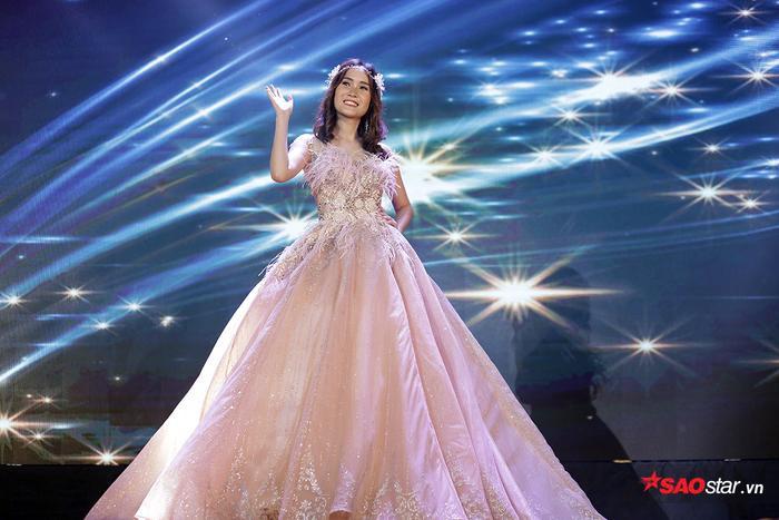Cô gái giành nhiều giải thưởng nhất đêm thiĐào Cẩm Ly được trao giải Nhân ái, Miss bikini và Á khôi 2