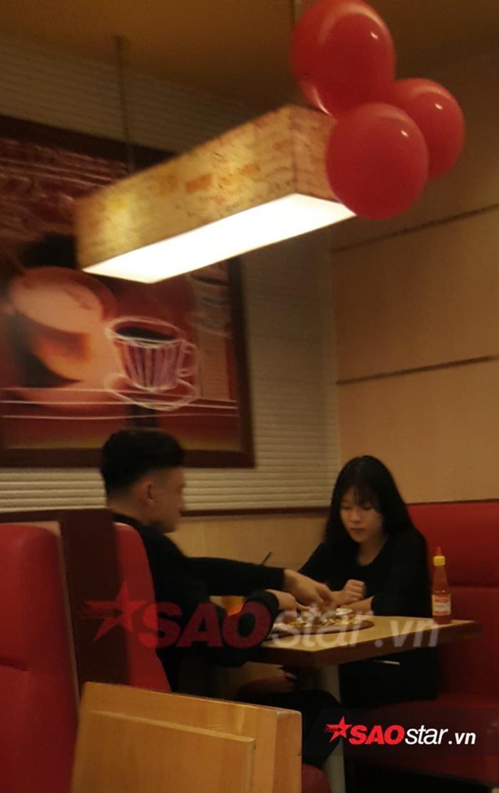 Đặng Văn Lâm và Yến Xuân hò hẹn với nhau. Cặp đôi ăn tối tại một nhà hàng ở Hà Nội.
