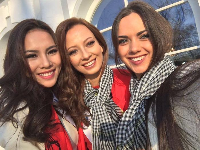 Tại cuộc thi Hoa hậu Siêu quốc gia, Á khôi Lệ Quyên cũng mang theo chiếc khăn rằn để kết nối những tình bạn đẹp.