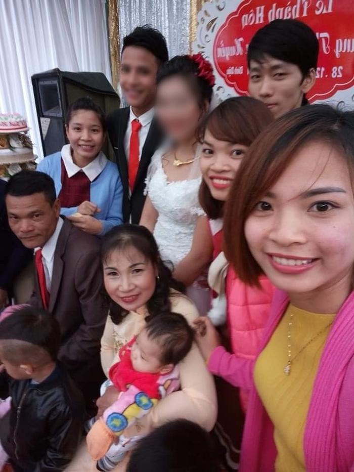 Người thân tổ chức lễ cưới cho vợ chồng anh Thông vào tháng 12/2017.