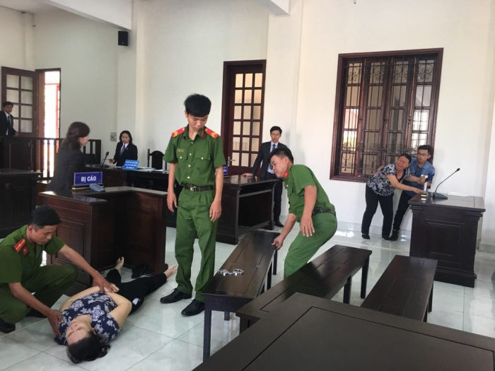 Sau khi nghe tòa tuyên án, bị cáo Phúc ngất xỉu.