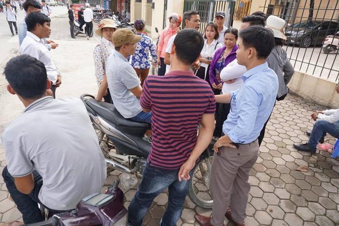 Nhiều người thân bị cáo có mặt bên ngoài phiên toà.