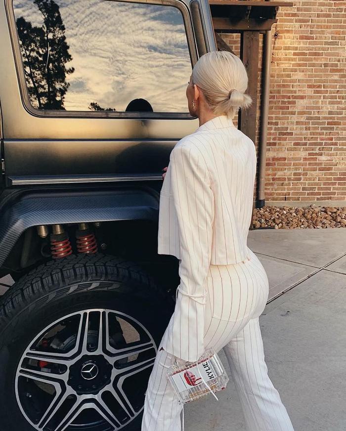 """Bộ suit làm nổi bật vóc dáng """"đồng hồ cát"""" vốn có của Kylie Jenner với vòng 3 căng đầy"""