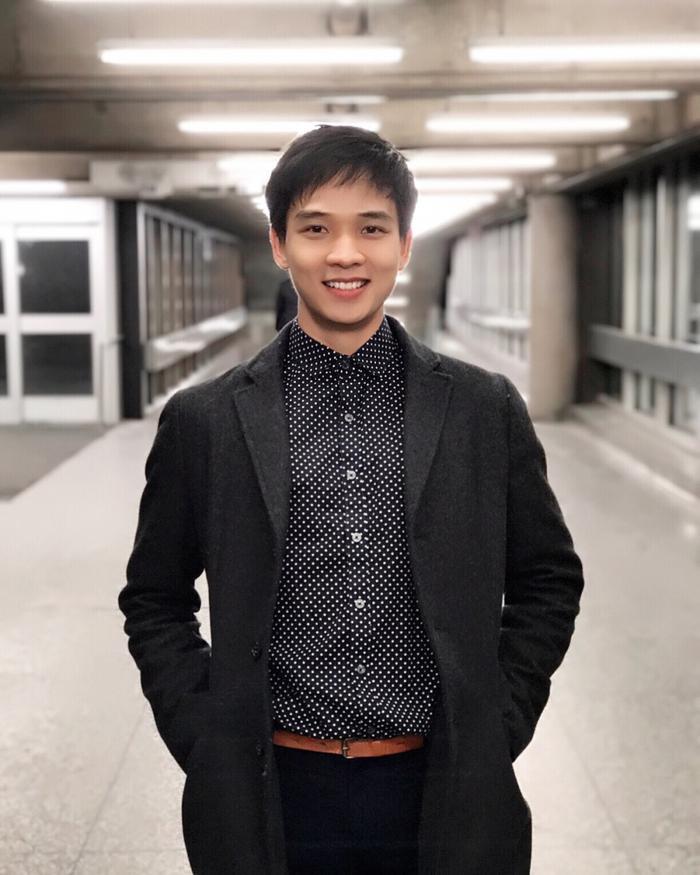 Cuối năm 2017, hình ảnh thầy Nguyễn Quốc Cường được chia sẻ rầm rộ khiến nhiều nữ sinh viên ngưỡng mộ với tài năng và vẻ ngoài điển trai.
