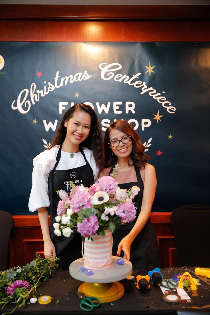 Hoa hậu Dương Thùy Linh học cắm hoa nghệ thuật