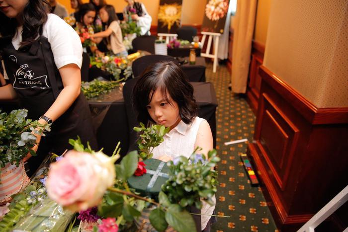 Daisy chăm chú cắm từng nhánh hoa