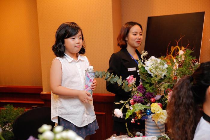 Daisy là chị gái lớn nên rất chững chạc và yêu các em nhỏ. MC Minh Trang chia sẻ bé rất tự lập và biết chăm sóc các em giúp mẹ.