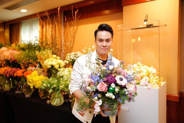 MC Thái Dũng điển trai bên lãng hoa tự cắm
