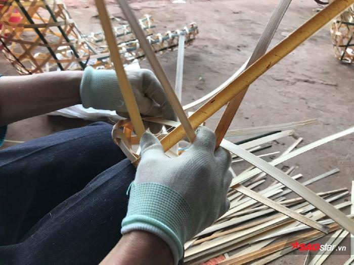 Làm nghề đan nhiều khiến bà Thơm bị rách ở tay, phải đeo găng tay.