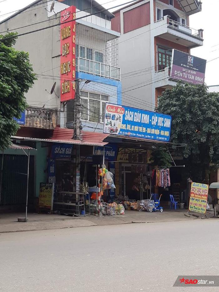 Tiệm vàng Ngọc Bích giờ được vợ chồng người anh trai buôn bán, tấm biển vẫn giữ nguyên.